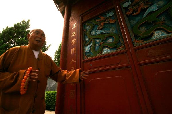 一佛一僧人背影图片-拜访白云寺103岁的老方丈 痛惜古寺佛乐成为绝唱
