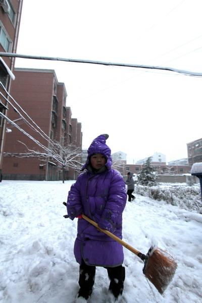 用这东西来扫雪是选错了工具,孩子茫然了.-2011的春雪图片